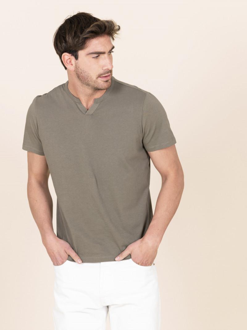T-shirt verde slim uomo serafino con manica corta in 100% cotone