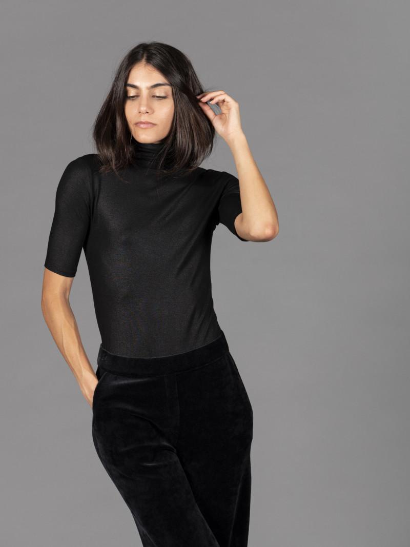 T-shirt nera metallizzata donna dolcevita con manica al gomito e vestibilità slim