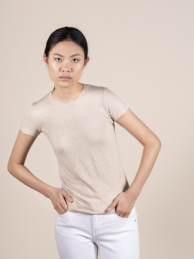 T-shirt sabbia basica donna girocollo con manica corta in lino ed elastan e vestibilità slim