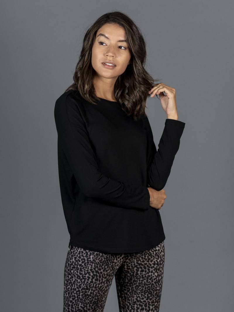 T-shirt oversize nera barchetta donna con manica lunga in viscosa