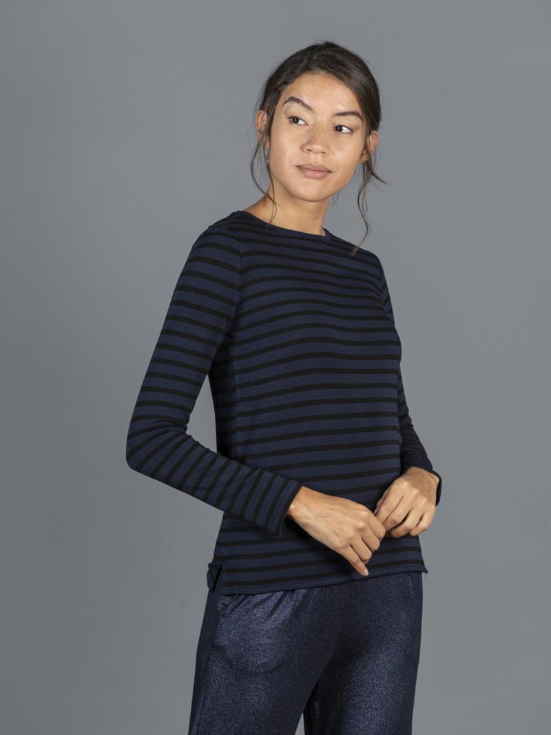 T-shirt over a righe sottili blu e nere con scollo a barchetta
