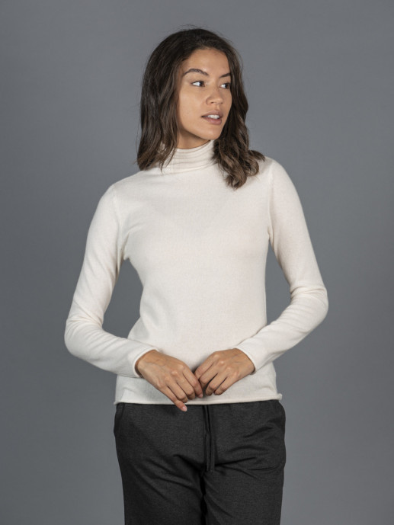 Maglione a collo alto bianco latte in 100% cashmere
