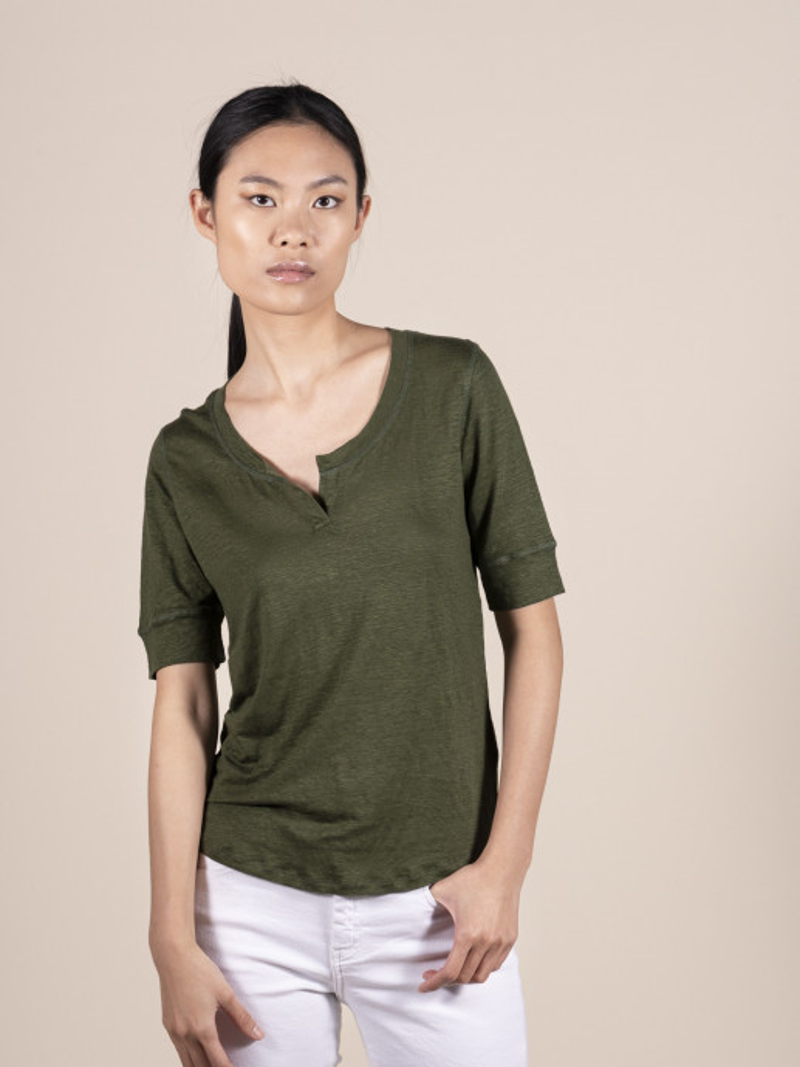 T-shirt in lino slim verdone da donna con manica al gomito e scollo a U con spacchetto
