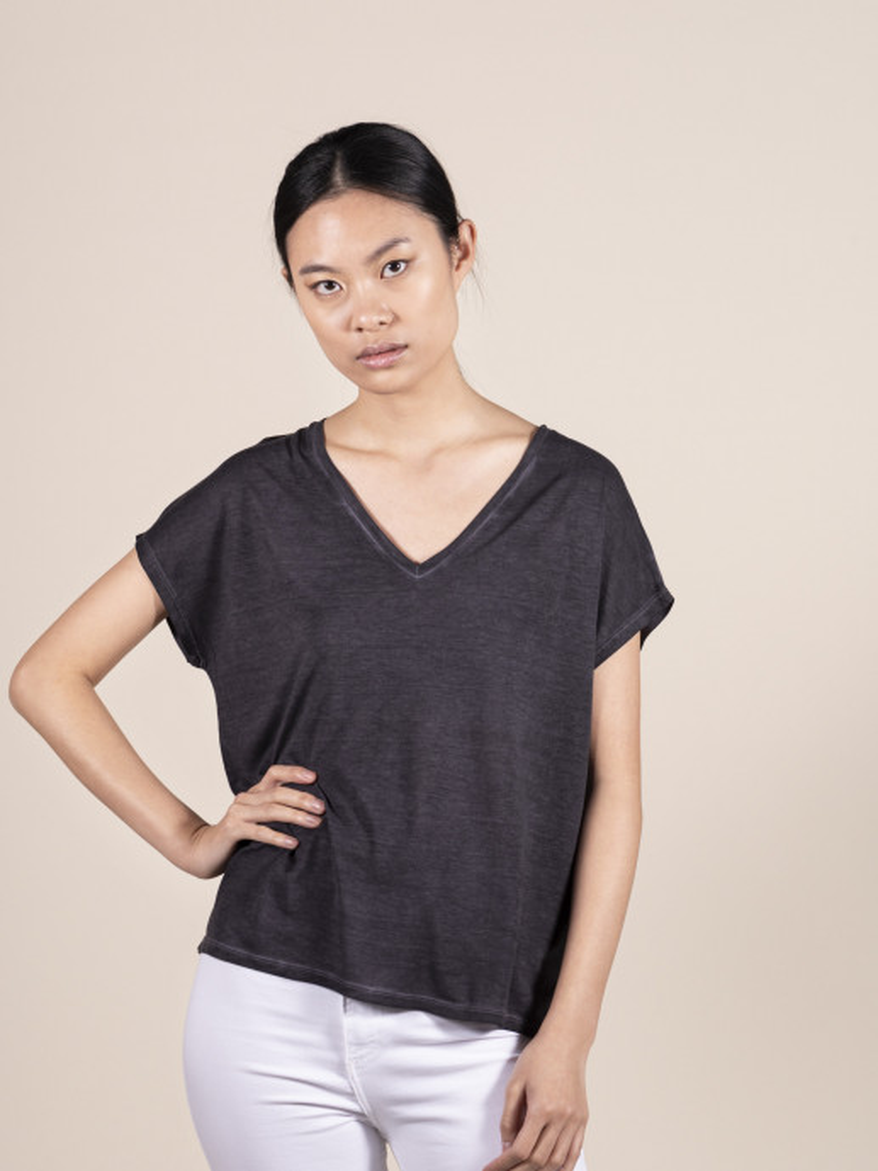 T-shirt nera over donna con scollo a V e manica corta in 100% seta