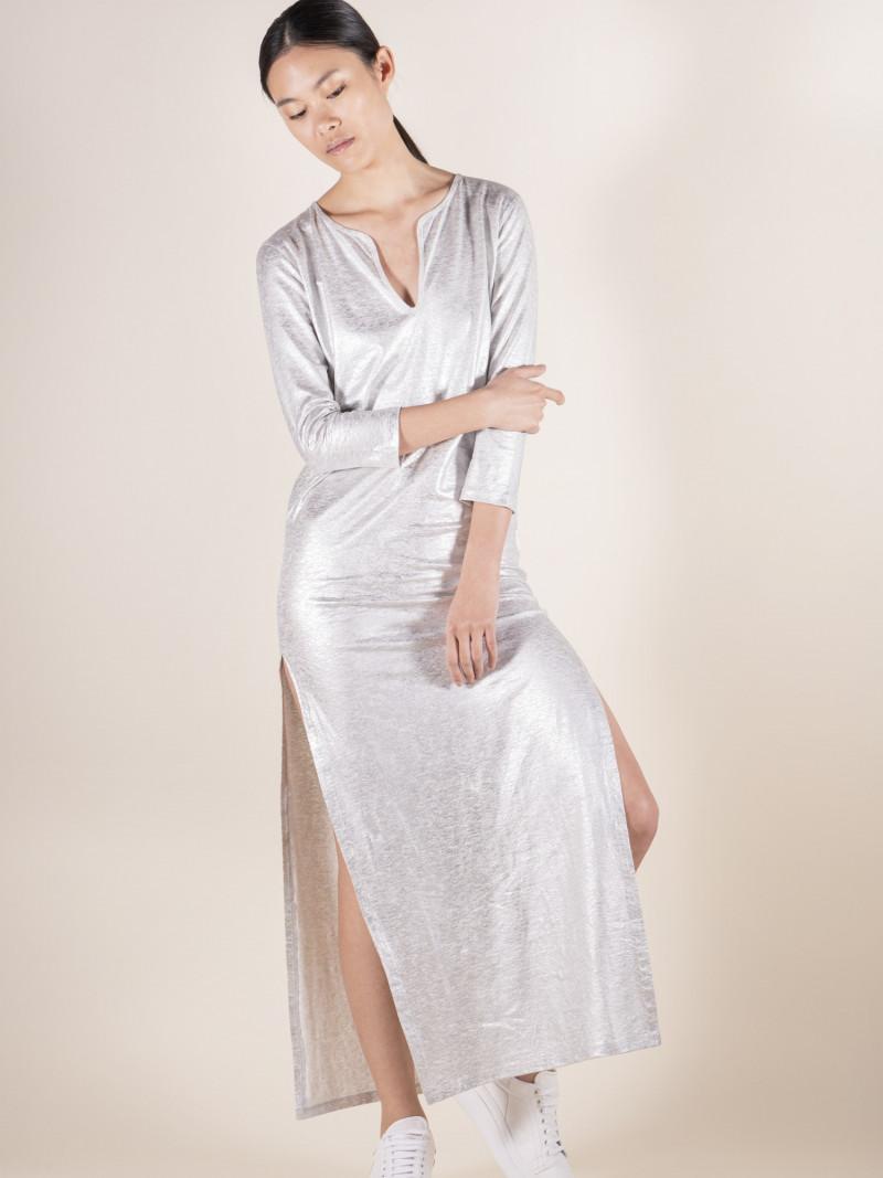 Abito lungo donna argento con scollo a V e spacchi vestibilità slim e composizione in lino ed elastan