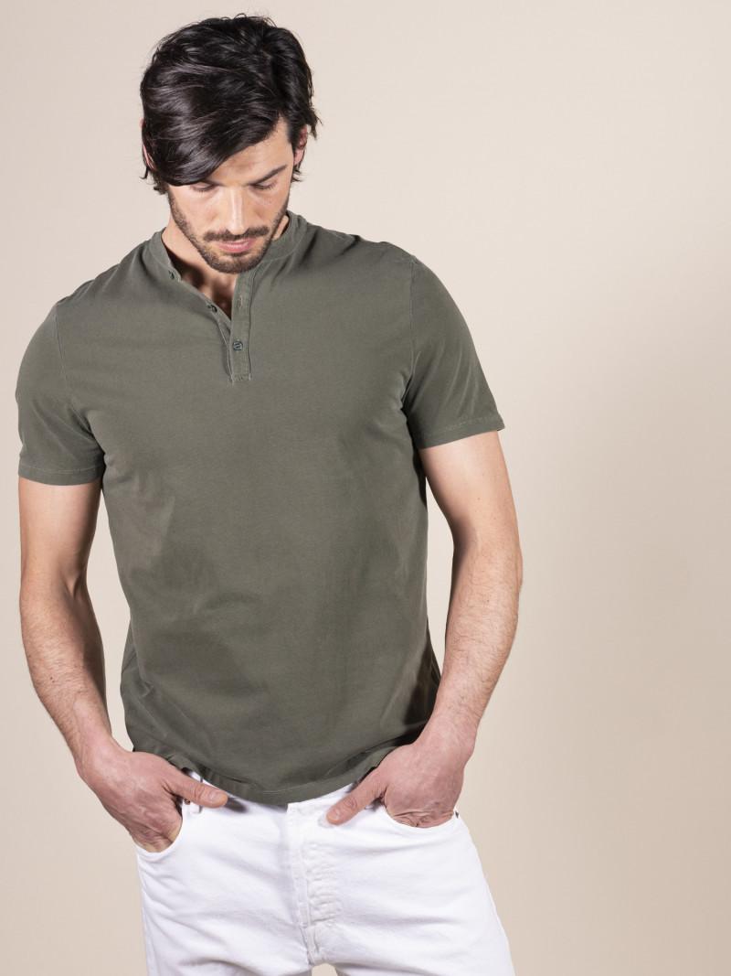 T-shirt verde slim uomo serafino con manica corta in cotone